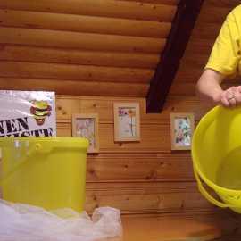 Nach unten stellen wir einen normalen Honigeimer.
