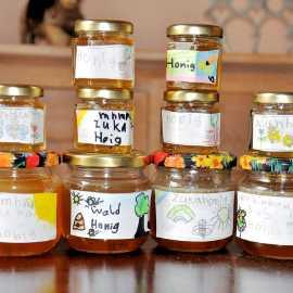 Zum Schluss den Honig in saubere, geruchsfreie Gläser abfüllen.