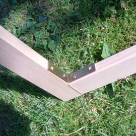 Die Hölzer werden zugeschnitten und verbunden - z.B. mit 4 Winkeln.