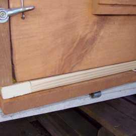 Der Varroa-Boden wird einfach zwischen Kiste und Boden gelegt. Eine zusätzliche Befestigung ist nicht nötig.